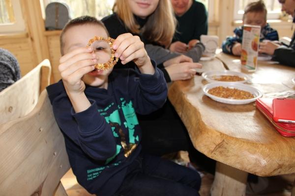 Дети научились делать янтарные браслеты